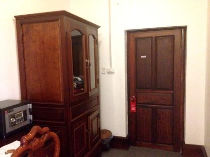 Armário espaçoso e escrivaninha, Thatsaphone Hotel