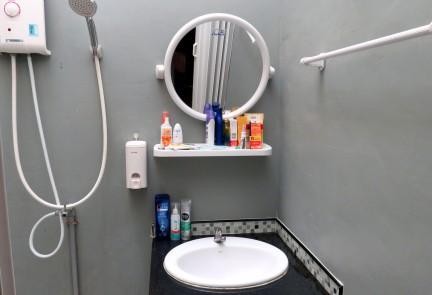 Banheiro um pouco apertado, sem box, o que parece ser um padrão na Tailandia