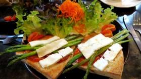 Sanduiche de aspargos, queijo feta e tomate, Meeting Room