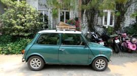 Chivit Thamma Restaurant, um carro antigo na frente da rua