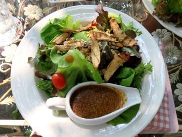 Chivit Thamma Restaurant, salada verde com mix de castanhas e molho de gergelim com shoyu