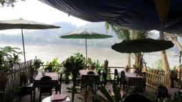 Restaurante em frente ao rio Mekong