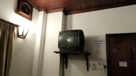 Televisão antiga que não pegava nenhum canal em inglȇs, Phousi Guesthouse