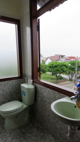 Banheiro com uma janela enorme