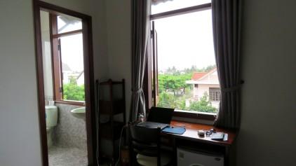 Escrivaninha do nosso quarto, com vista para a rua