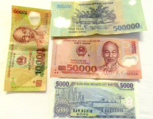 R$ 1 = US$ 0,3 = 7.090 VND
