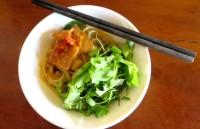 Cao Lau, prato típico de Hoi An, macarrão, porco, vegetais, no Miss Ly