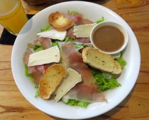 Salada com queijo brie e presunto de parma (Dingo Deli)