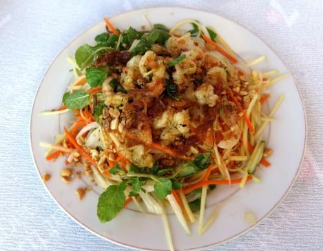 Salada de frutos do mar, em um dos vários restaurantes na praia
