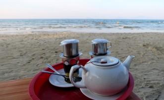 Mais café com leite condensado no fim de tarde na praia