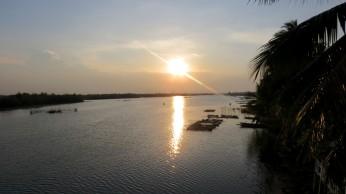Na volta ainda víamos o pôr do sol refletido no rio