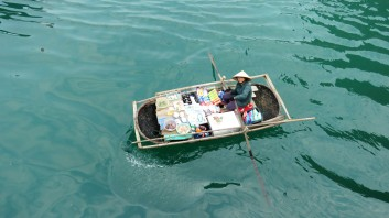 Vendedora flutuante que oferecia mercadorias para os passageiros dos barcos