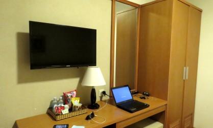 Televisão a cabo e escrivaninha
