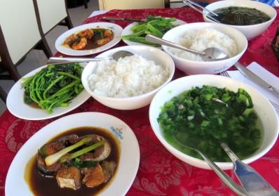 Set menu do hotel com vários tipos de comida local
