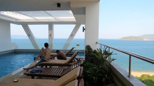 Piscina no terraço do hotel