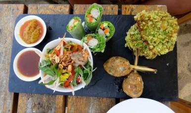 Fresh spring roll, salada e bolinho de peixe (Sandals restaurant)