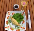 Omelete de queijo e presunto e shake de manga