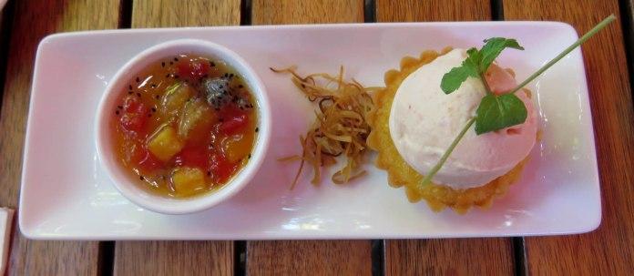 Sobremesa: sorvete com torta de coco e frutas