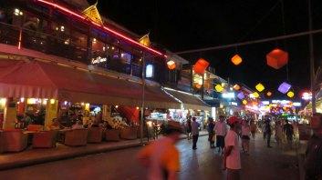 Há vários restaurantes e lojinhas de artesanatos