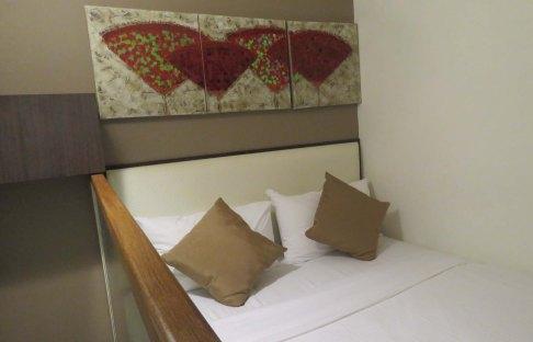 Segundo andar com cama e TV