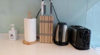 Com eletrodomésticos para preparar refeições simples