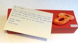 Um biscoito com um recadinho agradecendo a hospedagem
