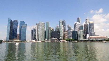 Arranha-céus vistos da Marina Bay