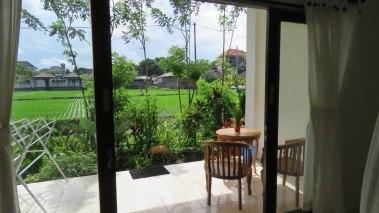 Com varanda de frente para um arrozal