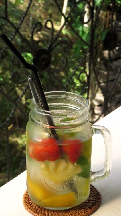 Água de coco, com menta, morango, manga, abacaxi e limão