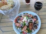 Salada de atum e vinho californiano
